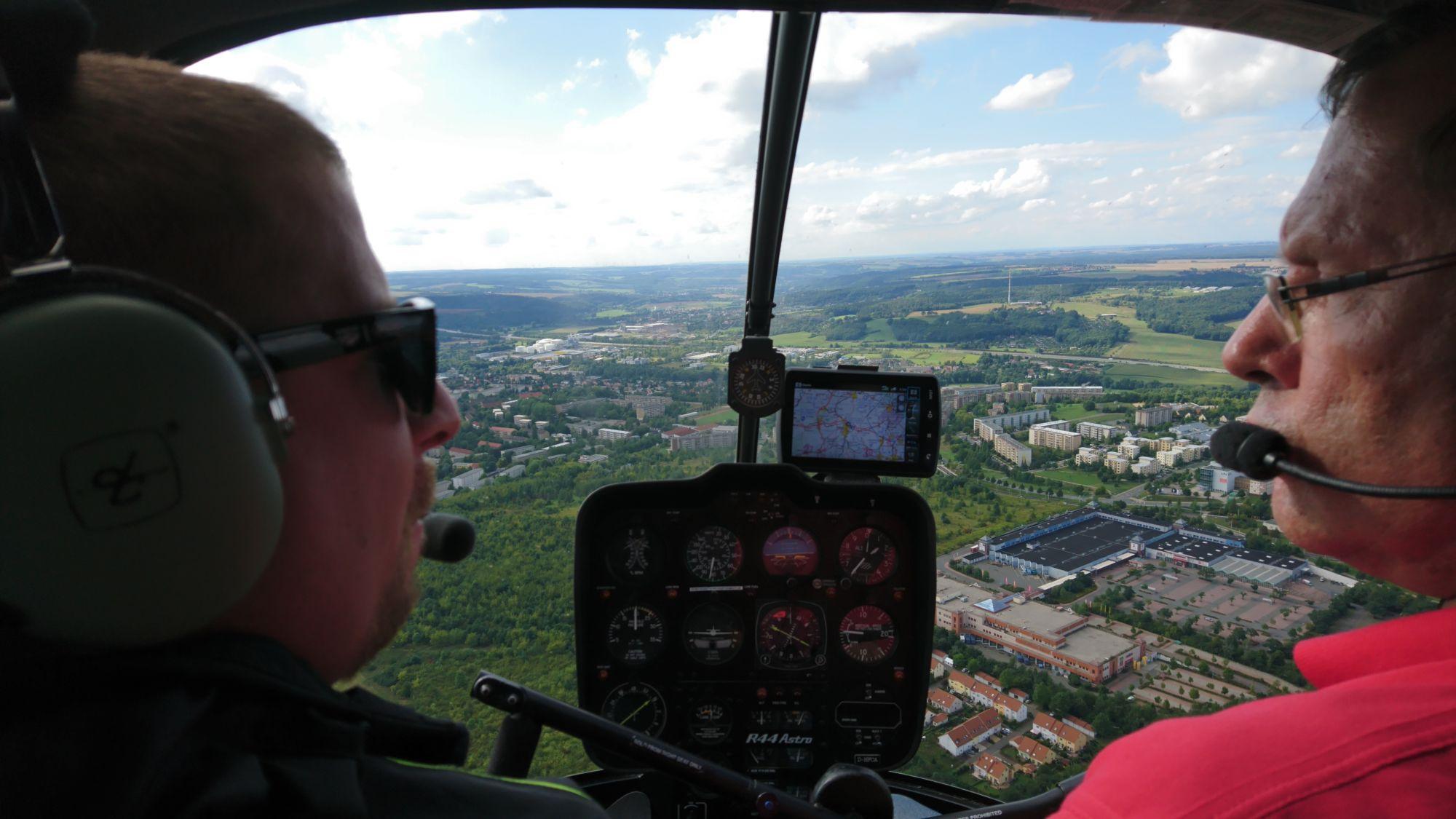 Hubschrauberflug: Blick aus dem Cockpit