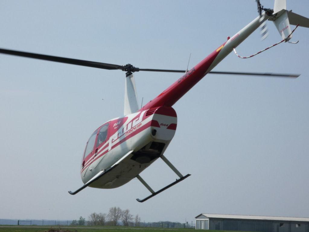 Robinson R44 Hubschrauber kurz nach dem Abheben